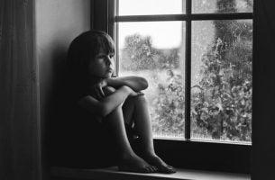 Barn isolerer sig på grund af manglende kærlighed hos børn