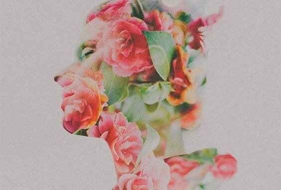 En silhuet af en kvinde dækket af blomster