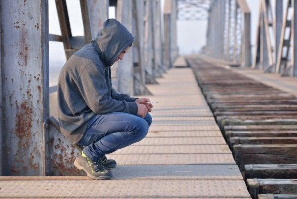 Mand ved togskinner tænker over, om han har overvundet sørgeperioden