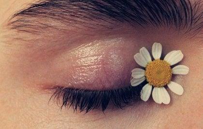 En blomst i øjenkrogen på en dame