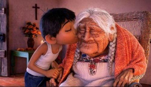 Gammel kvinde med alzheimers bliver kysset af barnebarn, for personer med alzheimers har stadig følelser