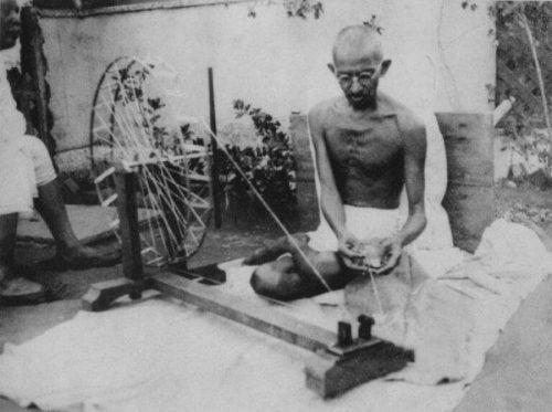 Gandhi sidder og tråder garn relaterer til flere citater fra Gandhi