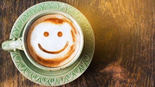 Kaffekop med smiley opmuntrer dig til at lære at elske dig selv