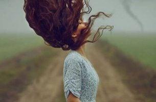 Kvinde svinger med håret på mark