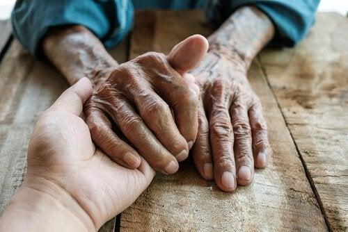 Yngre person passer på ældre og oplever plejersyndrom