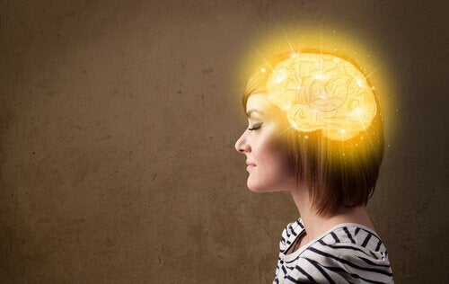 En kvinde med en oplyst hjerne fra selvhypnose