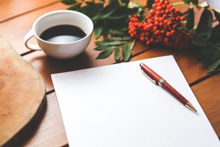 Dagbog ligger på et bord til terapeutiske skriveøvelser