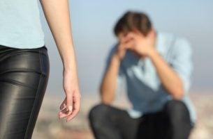 Kvinde går fra trist mand som følge af endt parforhold