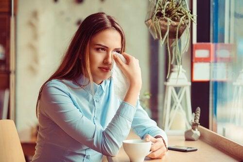 Kvinde græder på grund af endt parforhold