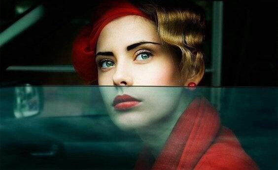 Kvinde i bil kigger ud af vindue