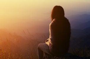 Kvinde på toppen af bjerg lider under uacceptabel sorg