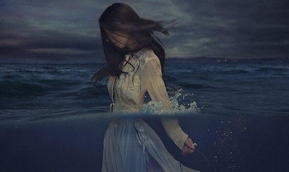 Kvinde går i hav