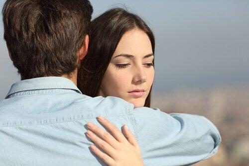 Kvinde krammer kæreste men er i tvivl omkring kærlighed
