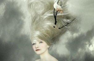 Kvinde har en gren med en due i håret