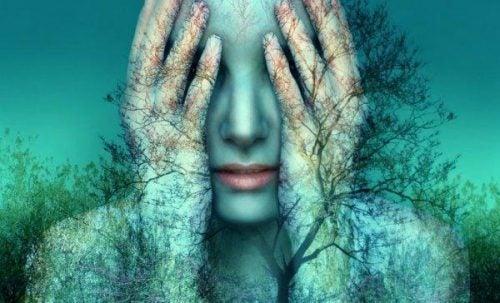 Kvinde med hænderne for ansigtet og træer på kroppen vil ofte efterlade ting ufuldendte