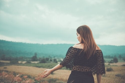 Kvinde går på smukt landskab