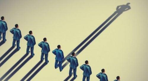 Mænd står i en lang række med en autoritær person i midten