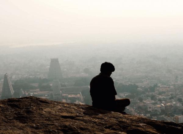 Mand ser ud på by og oplever ufrivillig ensomhed