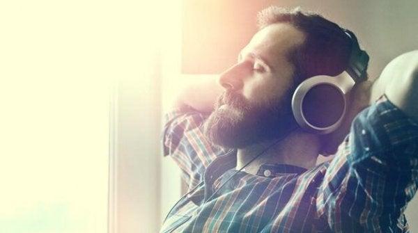 Mand med høretelefoner nyder fordele ved at lytte til afslappende musik