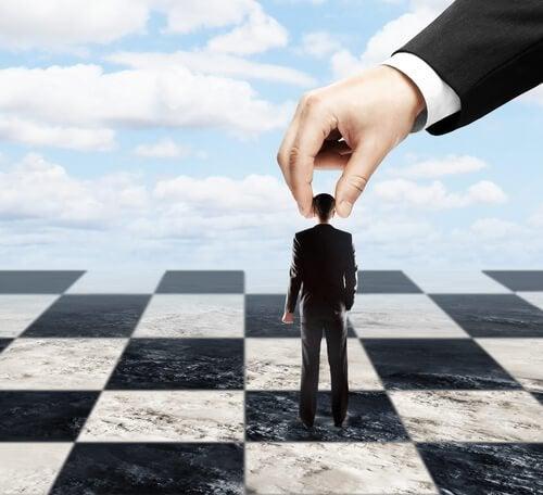 En mand bliver brugt som en skakbrik for at symbolisere autoritære personer