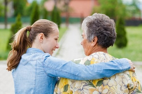 pige holder om bedstemor på trods af plejersyndrom