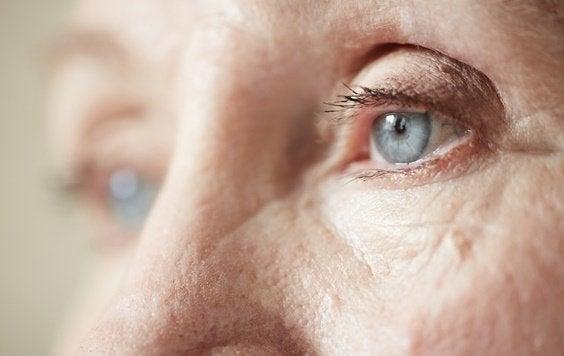 Nærbillede af en trist ældre person