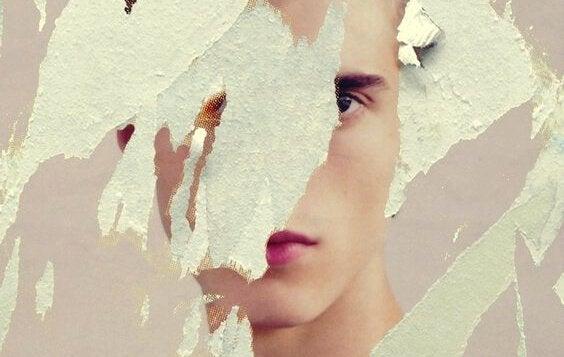 mand med ødelagt papir foran ansigtet
