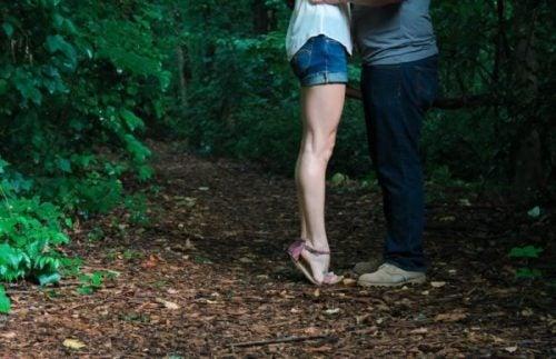 Par kysser i skoven