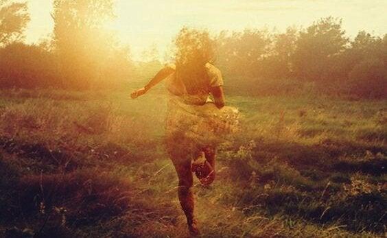 En pige løber fra hårde tider ved hjælp af opmuntrende sætninger