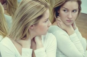 Pige kigger sig selv i spejlet representerer selvværd og ego
