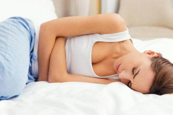 Kvinde i smerte oplever effekterne af stress