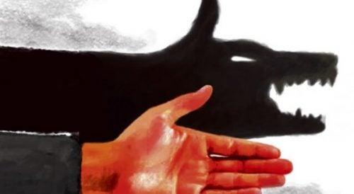 Hånd laver en ulveskygge på væggen