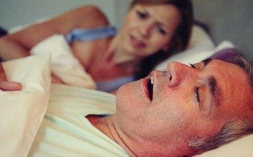 Kvinde kan ikke sove på grund af snorken, da mand lider af søvnapnø