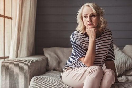 En kvinde går gennem en midtvejskrise