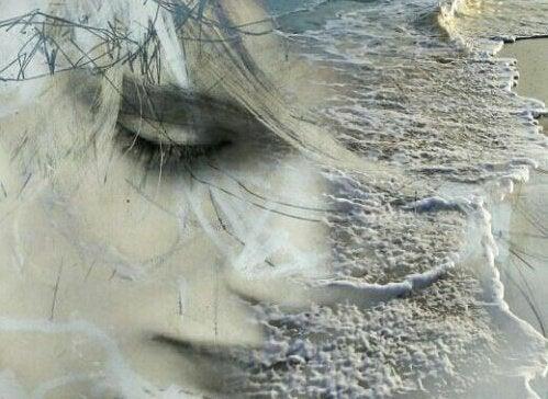 Et trist ansigt på en strand