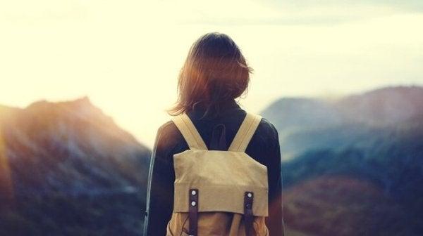 Kvinde står foran bjerge