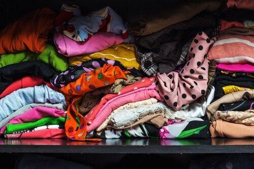 Beskidt uorganiseret tøj