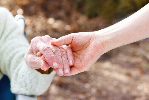 Ung holder gammel i hånden
