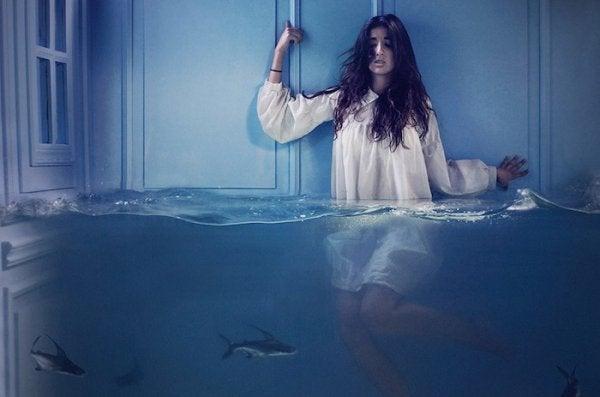 Pige i vand med hajer
