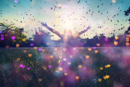 Fri kvinde på mark med hjerter og fugle råber: jeg vil give mig selv en chance