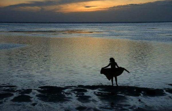 Kvinde ved strand oplever ufrivillig ensomhed