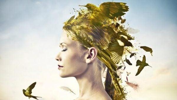 Kvinde med guldfugl på hovedet
