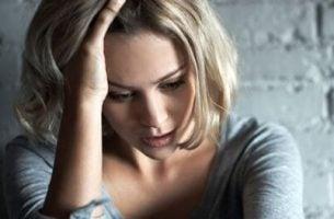 Kvinde er frustreret over symptomer på angst