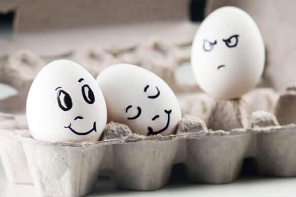 Æg med ansigterillustrerer, hvad er misundelse