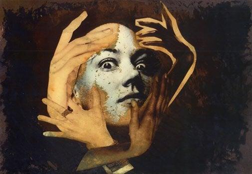 Fire hænder rundt om ansigt med udspilede øjne illustrerer delirium