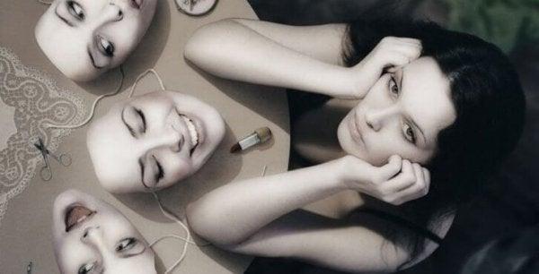Kvinde med masker oplever paranoid skizofreni
