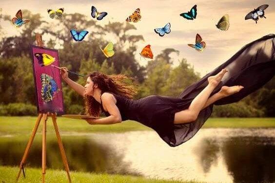 Flyvende kvinde maler levende sommerfugle