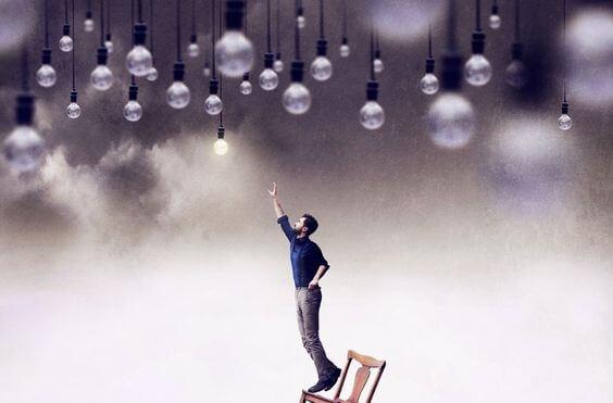 Mand rækker ud mod lyspærer som eksempel på en praktisk person