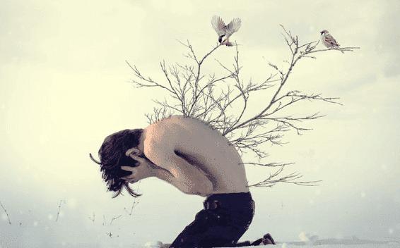 Mand med grene voksende ud af ryggen