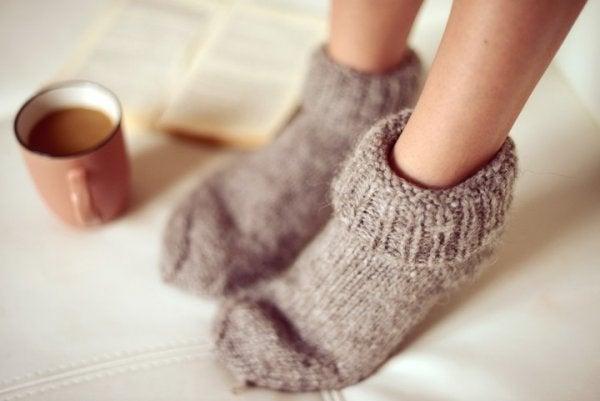 Kolde fødder er et af de første symptomer på angst